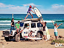 Surfer mit Landrover Defender am Strand
